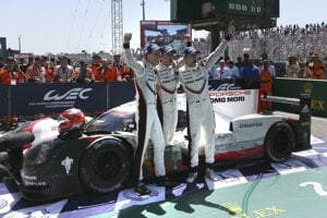 Víťazi tohtoročnej 24-hodinovky v Le Mans - zľava Novozélanďan Brendon Hartley, jeho krajan Earl Bamber a Nemec Timo Bernhard.