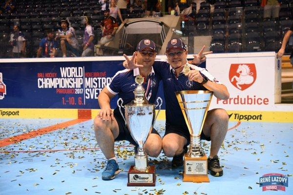 Jozef Ďuris (vpravo) a Aurel Nauš doviedli Slovensko po tretí raz za sebou k titulu majstra sveta. Jedno zlato vybojovali aj ako hráči.