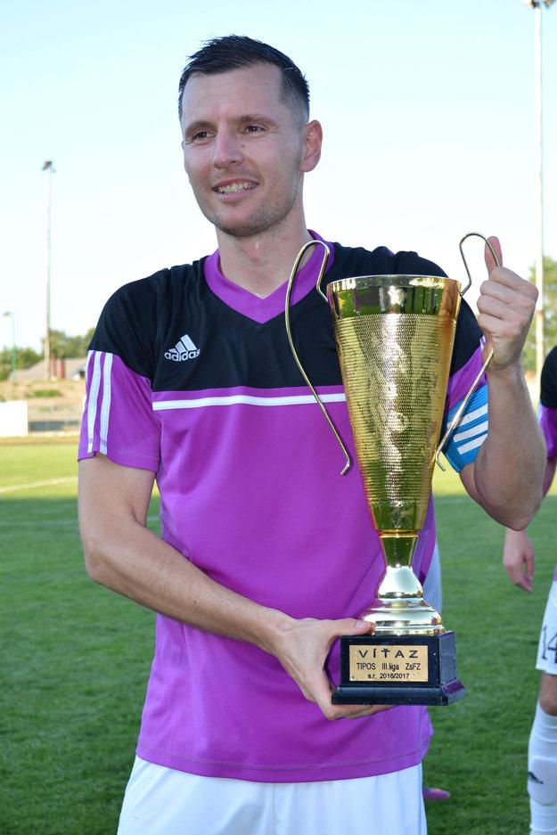 S víťaznou trofejou pózuje kapitán mužstva Michal Podlucký