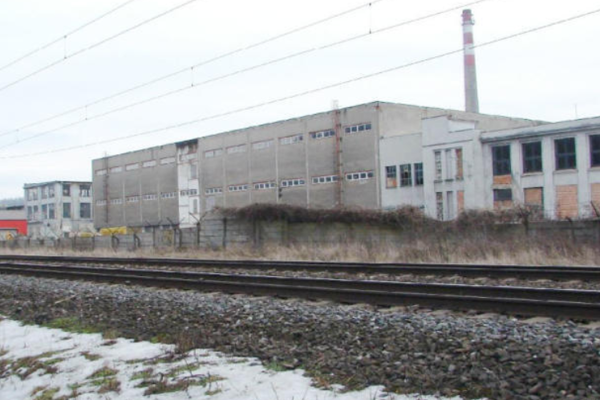 Podnikateľ vhlukovej štúdii tvrdí, že prevádzka nebude mať negatívny vplyv. Odvoláva sa na to, že vblízkosti je železničná trať, betónový plot adomy sú dostatočne vzdialené. Foto: ENVIROPORTAL