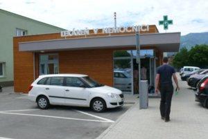Nemocničná lekáreň stojí vedľa parkoviska.