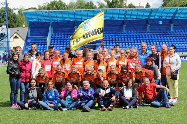 Spoločná fotografia hráčok FC Union aj srodičmi, ktorí ich odprevadili na finálový turnaj až do Popradu.