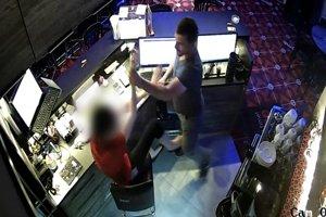Priebeh lúpeže zaznamenala bezpečnostná kamera v herni.