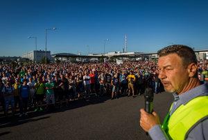 Do štrajku sa zapojila väčšina pracovníkov Volkswagen Slovensko, asi štyritisíc ľudí prišlo v utorok protestovať pred závod v Devínskej Novej Vsi. V popredí odborový predák Zoroslav Smolinský.