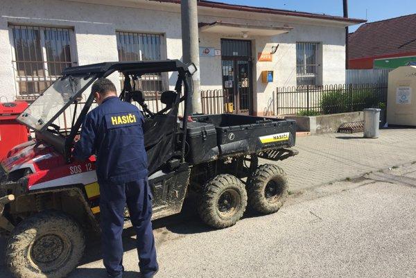 Pošta v Hornom Srní. S pátraním dnes pomáhali aj hasiči.