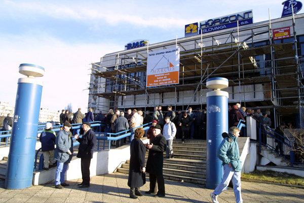 Podvedení klienti. Po krachu nebankových spoločností sa zhromaždili tisíce ľudí pred ich pobočkami.