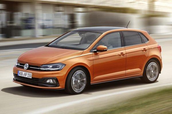 Volkswagen Polo šiestej generácie. Nové Polo má úplne nový dizajn exteriéru a vďaka zväčšenému rázvoru i väčším rozmerom ponúka cestujúcim viac miesta než Golf štvrtej generácie.