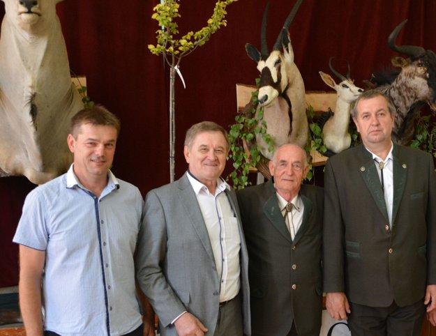 Zľava: starosta obce Koniarovce Miroslav Konštiak, predseda NSK Milan Belica, Július Šiška a predseda Okresnej organizácie Slovenského poľovníckeho zväzu Jozef Beňo.