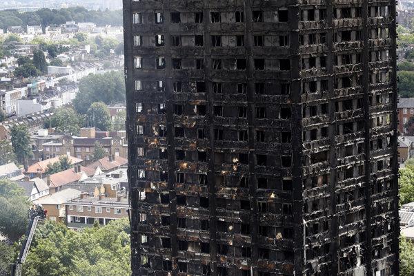 Zhorený londýnsky obytný dom.
