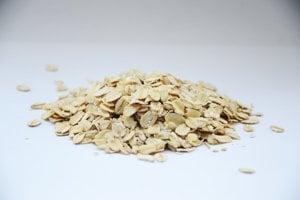 Šálka ovsených vločiek alebo rovnaké množstvo ovsenej kaše obsahuje 4 gramy vlákniny.