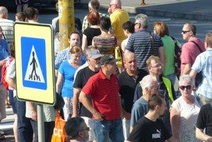 Protestujúci ľudia na priechode pre chodcov na Levočskej ulici v Prešove.