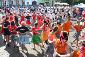 Do pokusu o rekord sa zapojilo celkovo 867 tanečníkov.