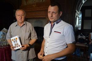 Ján Kizling (vľavo) a Ján Bocan. Zostavili publikáciu o medailách horného Zemplína.