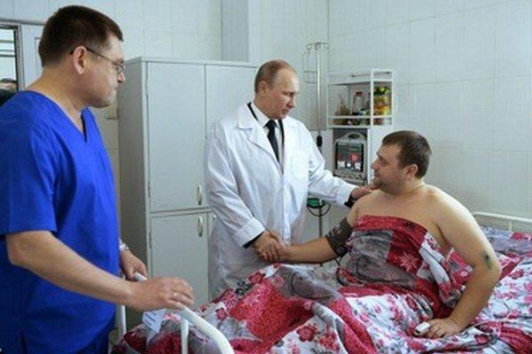 Putin v nemocnici so zraneným mužom.