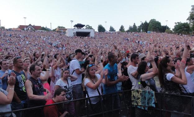 Tisícky ľudí zaplnili celý amfiteáter.