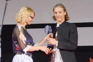 Mladý herec Blær Hinriksson. Porota ocenila jeho herecký výkon vo filme Kamenné srdcia.