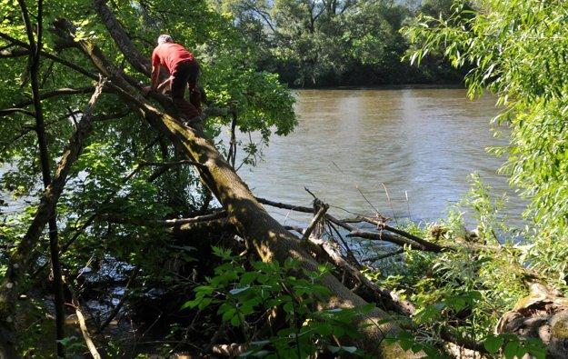Prehľadávanie rieky abrehov je náročné.