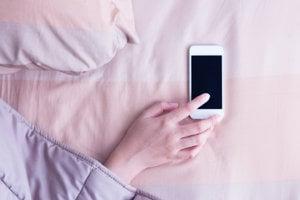 Ak je telefón po ruke, mozog naň stále myslí.