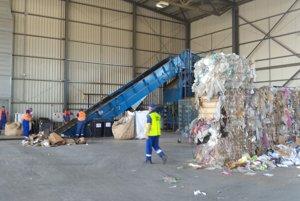 Všetok privezený odpad sa triedi a pripravuje na export.