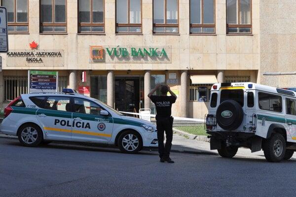 Policajti hľadali bombu aj vo všetkých pobočkách VÚB na celom Slovensku.