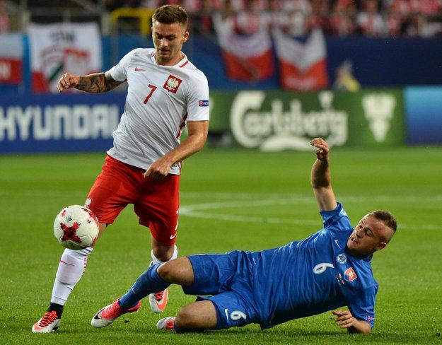 Na snímke vpravo Stanislav Lobotka (SVK) a vľavo Karol Linetty (Poľsko) v zápase Poľsko - Slovensko na ME vo futbale do 21 rokov.