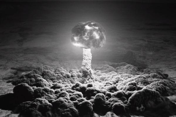 V najnovšej epizóde Twin Peaks ukázal testy nukleárnych zbraní.