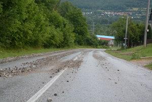 Štrk na ceste pred vjazdom do Rožňavy.