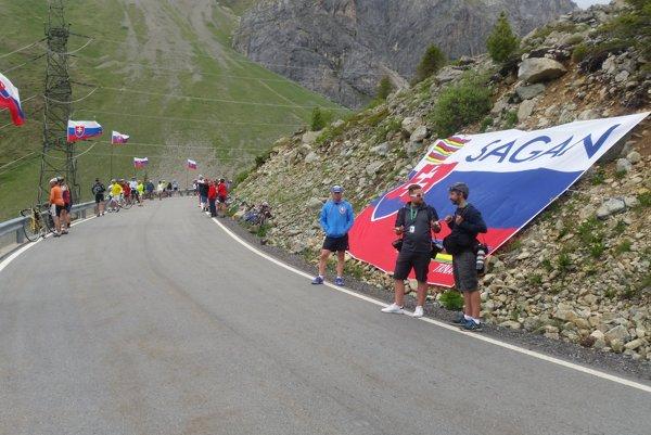 Popri trati rozmiestnia členovia fanklubu Petra Sagana 24 slovenských vlajok.