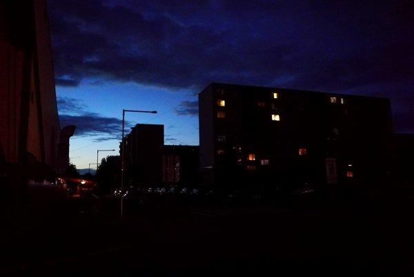 V noci na niektorých uliciach nesvietia svetlá
