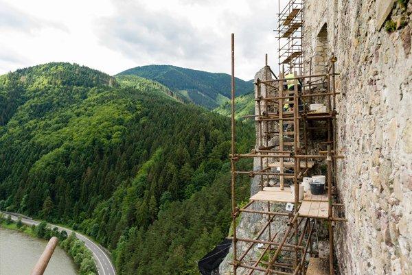 Na hradnom múre už postavili lešenie. Práce budú trvať vyše mesiac.