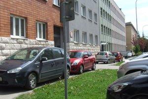 Takto predtým parkovali autá na chodníku na Damborského ulici. Dnes je to už minulosť.