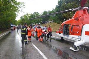 Leteckí záchranári leteli k nehode dvakrát, najprv odviezli ženu a potom muža.