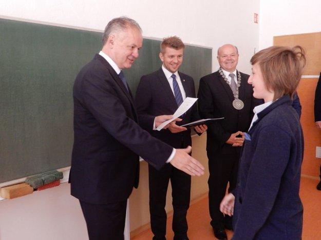 Na snímke vľavo prezident SR Andrej Kiska odovzdáva vysvedčenie žiačke, tretí zľava primátor Liptovského Hrádku Branislav Tréger.