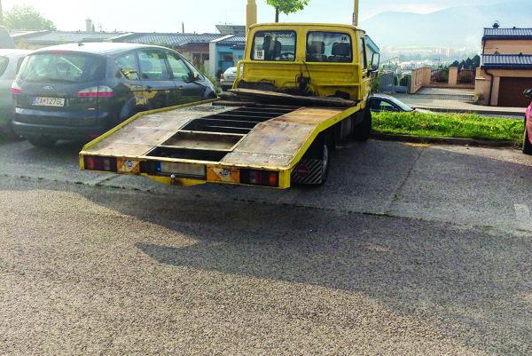 Majiteľ nebezpečne zaparkovanej odťahovky si dal od policajtov povedať.