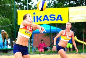 Magdaléna Kováčiková (vľavo) aJanka Šimanicová podali na úvod výborný výkon.