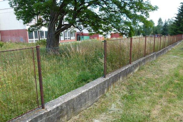 Chýbajúce diely nahradilo zelené pletivo.