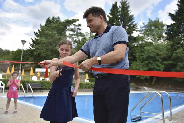 Kúpalisko Mičurin po rekonštrukcii otvoril minister školstva Peter Plavčan.