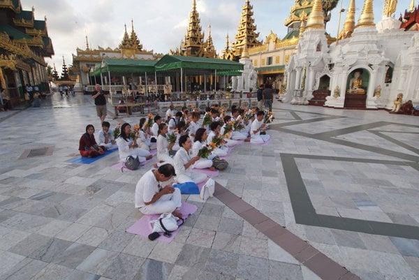 Modlitba v pagode Švedagon v Rangúne