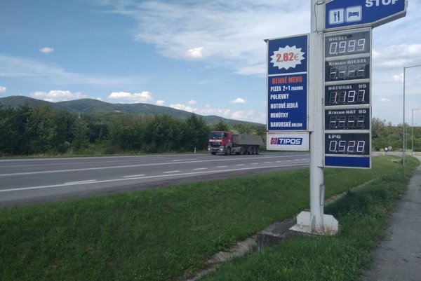 Čerpacia stanica pri Dargove. Liter nafty si tam natankujete pod jedno euro.