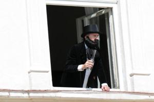 Ľuďom na námestí sa zokna mestského múzea prihovoril Janko Kráľ vpodaní Mareka Kováčika. FOTO: MJK/JÁN SVIDRAN