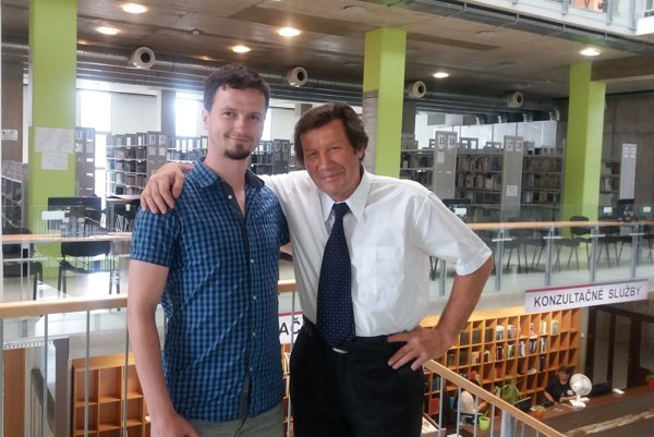 Profesor s doktorandom. V Univerzitnej knižnici TUKE ho sprevádzal Dominik Vošček.