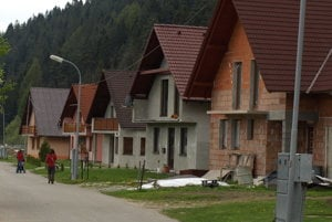 Niektorým majiteľom týchto rodinných domov sa až po rokoch podarilo vykúpiť pozemky pri Studenom potoku.