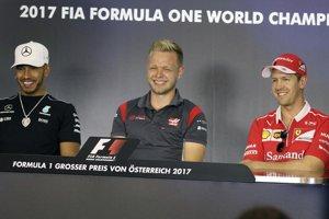 Na snímke sprava nemecký pilot formuly 1 Sebastian Vettel z tímu Ferrari, Dán Kevin Magnussen z tímu Haas a Brit Lewis Hamilton z Mercedesu počas tlačovej konferencie pred víkendovou Veľkou cenou Rakúska.