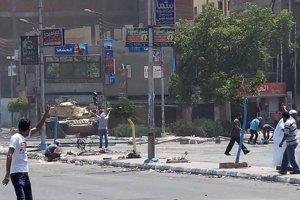 Jeden z protestujúcich (v strede) sa snaží zadržať armádnytank. Muža následne vojaci zastrelili.
