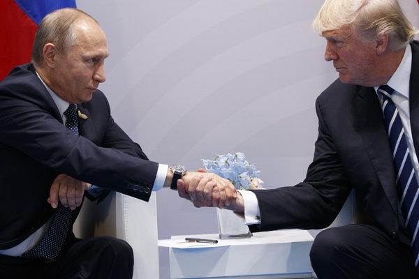 Vladimir Putin (vľavo) s Donaldom Trumpom.