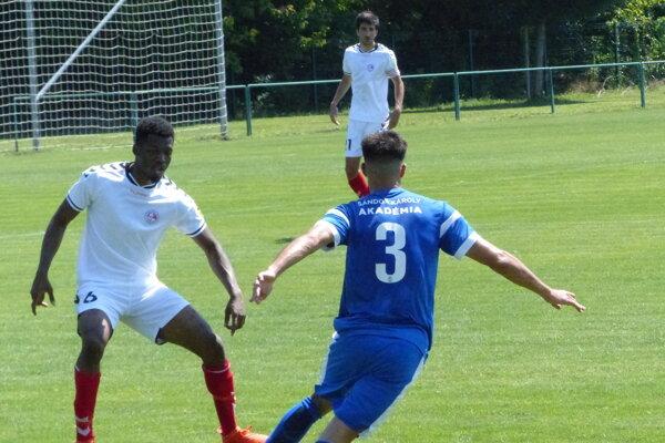 Patrick Tsihiani (v bielom) počas defenzívnych úloh v prípravnom zápase MTK Budapešť - FK Senica.