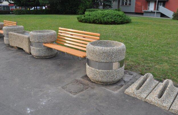 Nový mobiliár na Námestí slobody.