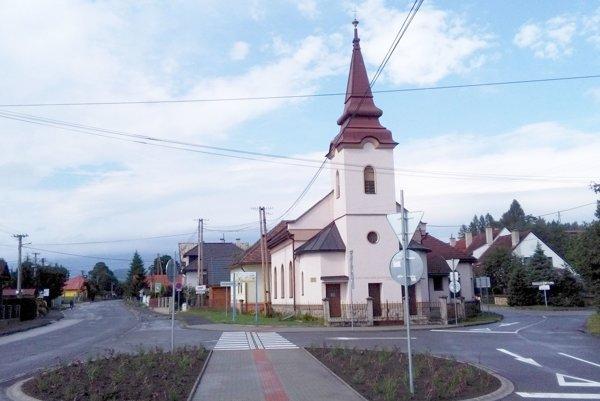 Pred kostolom v Liptovskej Ondračovej.
