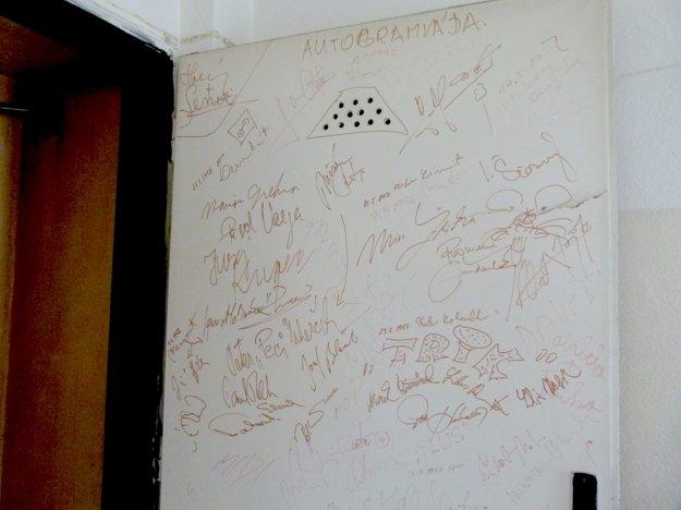 Podpisy účinkujúcich z konca minulého storočia sa zachovali na dverách.