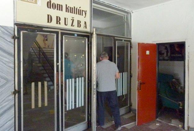 Vstupné priestory do bývalých kancelárií a zázemia kultúrneho domu.
